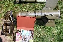 Policie zajistila a z domu odvezla desítky nábojů, množství vojenského a zbrojního materiálu, podezřelé rostliny, plakáty a další předměty, které mohly sloužit k trestné činnosti.