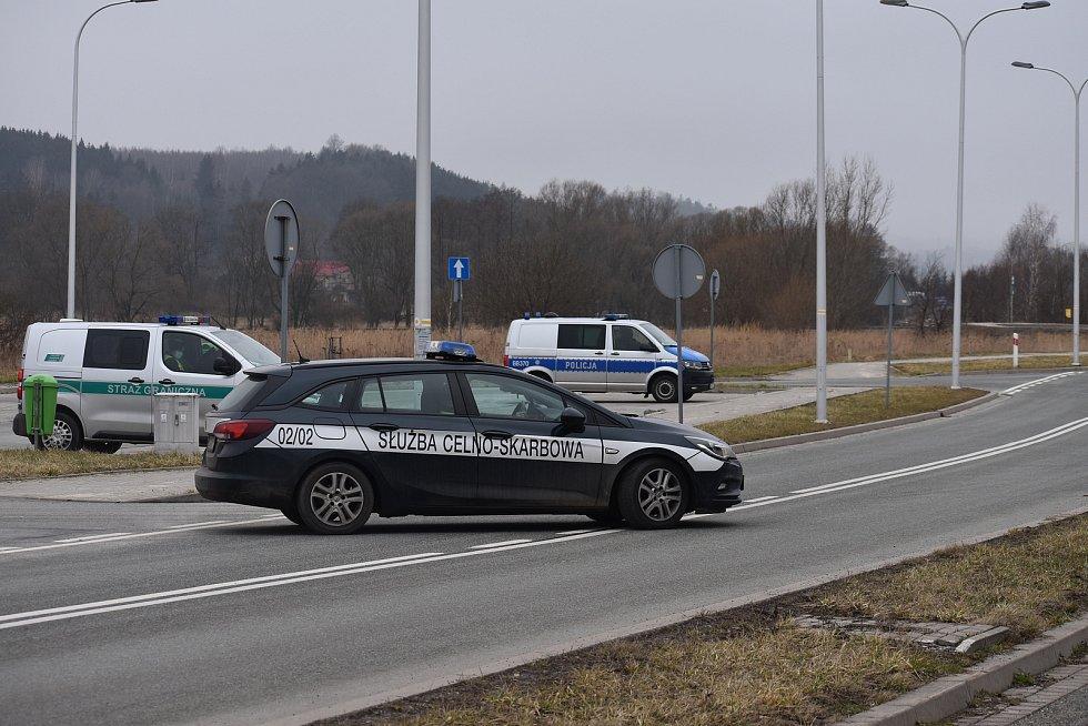 Na hraničním přechodu ve Starostíně byly dokonce tři uniformované složky - policie, hraniční stráž i celníci.