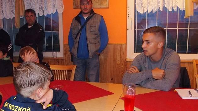 ODCHOVANEC náchodské kopané Jan Havlena (zcela vpravo) na besedě s malými fotbalisty.