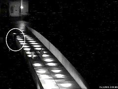 ZÁCHRANA SEBEVRAHA jaroměřskými strážníky na Komenského mostě v neděli v noci.