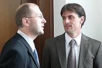 Spor o dítě jde  k Nejvyššímu soudu. Pavel Kollert (vlevo) a advokát Tomáš Matoušek.