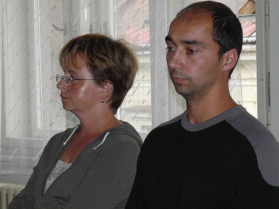 Radka Machová a Jan Mach v září 2009 u Krajského soudu v Hradci Králové.  Soud je podpořil a zkoušku otcovství zakázal.