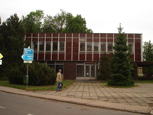 Trnem v oku je pro některé občany města Meziměstí chátrající objekt bývalé restaurace Stěnava.