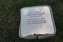 Kámen zmizelého pro Jana Žerovnického je připraven k zasazení do chodníku před budovou gymnázia v Jaroměři.
