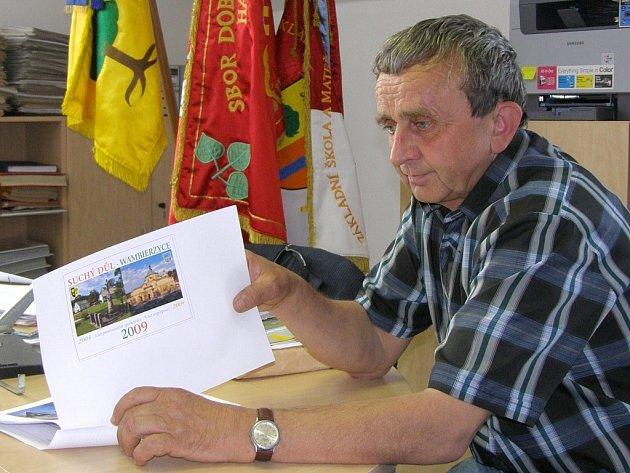 Starosta Suchého Dolu Vítězslav Vítek ukazuje návrh na titulní stranu česko-polského kalendáře, který je součástí projektu této obce na Policku a polských Vambeřic.