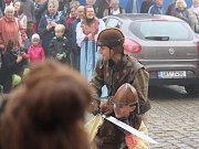 Sv. Václav v čele své družiny vyrazil od kostela sv. Václava v Broumově na Mírové náměstí, kde jeho příjezd v mlžném oparu očekávaly stovky lidí. Po krátkém souboji šermířů se ujal symbolické vlády nad městem a začaly Svatováclavské slavnosti.