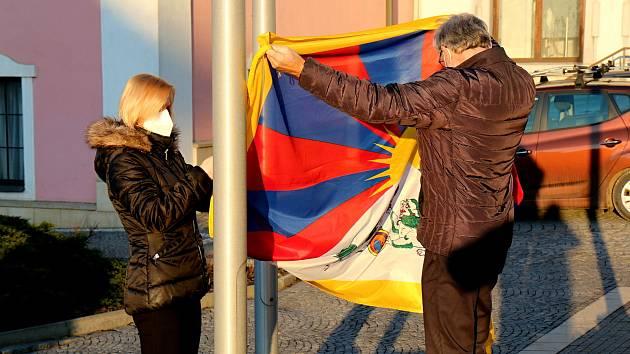 Vlajka pro Tibet zavlála i na stožáru v Červeném Kostelci.