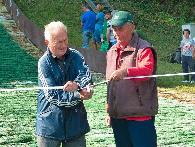 PÁSKU nově zrekonstruovaných můstků stříhá nejstarší machovský skokan a  dlouholetý trenér skokanů Stanislav Jirásek nejstarší (vlevo) a dlouholetý trenér běhu Jan Stiller.
