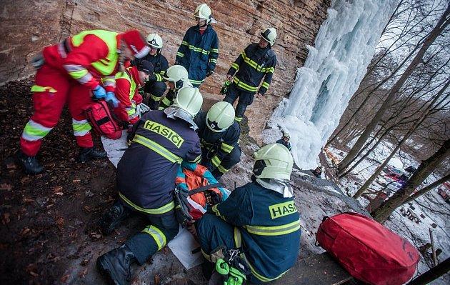 Horolezecký výkon se nevydařil, podnapilý mladík si při pádu poranil nohu.