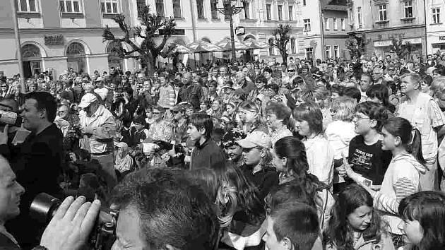 Prezidenta v Broumově přivítalo zaplněné náměstí. Na snímku vlevo Mons. Dominik Duka víta kyticí Livii Klausovou.