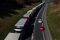 Kolony mezi Náchodem a Hradcem Králové kvůli zdravotním kontrolám na hranicích dosahují desítek kilometrů.