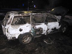 V Hronově hořelo auto, mělo technickou závadu