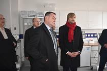 Výstavba náchodské nemocnice pokračuje podle plánu. Minulý týden ji navštívil i ministr zdravotnictví Adam Vojtěch.