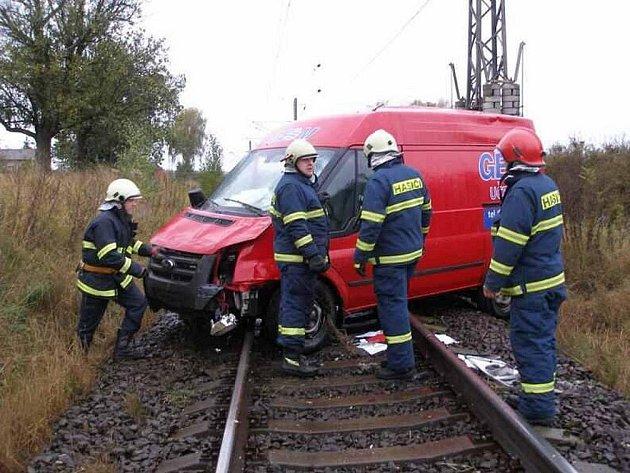 Řidič červeného tranzitu byl při předjížděcím manévru vytlačen na levou krajnici, kde dostal smyk, vjel na travnatý nasep, kde se překulil přes keře a dopadl za nimi zpět na kola na  železniční trať.