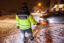 Večerní sněžení 11. ledna začalo komplikovat dopravní situaci hlavně kamionům na silnici č. 33 před Náchodem a silnici č. 14 u Nového Města nad Metují.