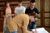 Mladí lidé z Evropské dobrovolné služby byli slavnostně přijati v obřadní síni náchodské radnice.