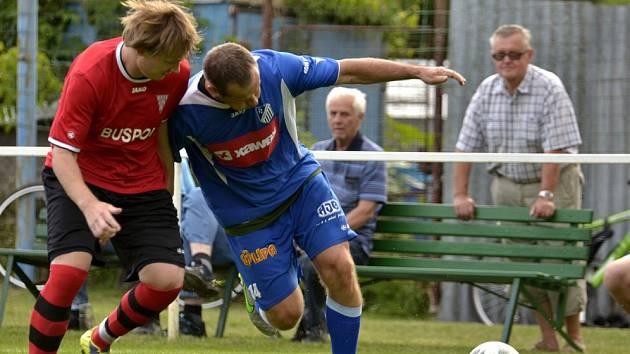 V zápase dvou rozdílných poločasů přehrál Červený Kostelec (v červeném) domácí Týniště.