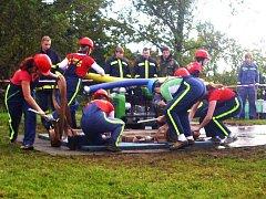 Osudový okamžik domácích hasiček, kdy proudařce na pravém proudu vypadávají z rukou hadice.