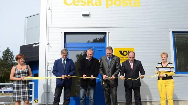V PÁTEK v 11 hodin a 11 minut otevřeli slavnostně zcela nově postavené depo České pošty.