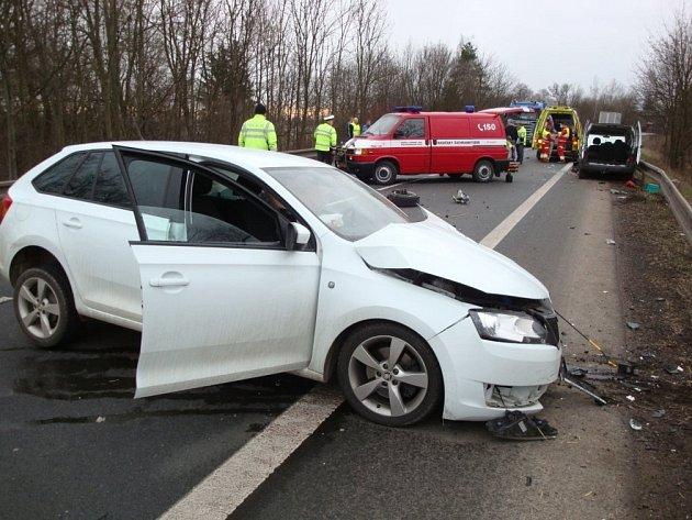 Řidič osobního vozidla Škoda Rapid, jedoucí ve směru od Hradce Králové za volantem zřejmě usnul a vyjel do protisměrné části vozovky, kde nejprve bočně zachytil o protijedoucí nákladní vozidlo a pak narazil do dalšího protijedoucího vozu Citroen.