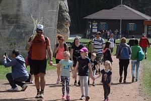 Bílá sobota přilákala do Adršpašských skal davy turistů.