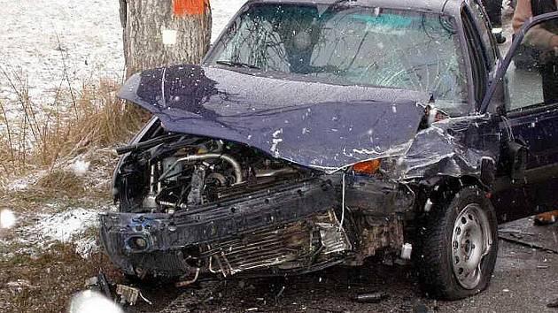 V obci Hony nedaleko Police nad Metují se stala v pondělí odpoledne dopravní nehoda, při které došlo ke střetu tří osobních aut. Při nehodě byli zraněni dva lidé.