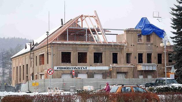 Rekonstrukce Obecního domu ve Velkém Poříčí probíhá i v zimě, ani mráz ji nezastavil.