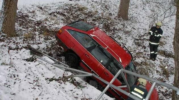 Nehoda v Ratibořicích: Řidič osobního vozu značky Audi 100 dostal smyk a poté skončil i se svým automobilem v potoce.