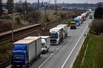 Kilometry dlouhé kolony kamionů mezi Hradcem Králové a Jaroměří.