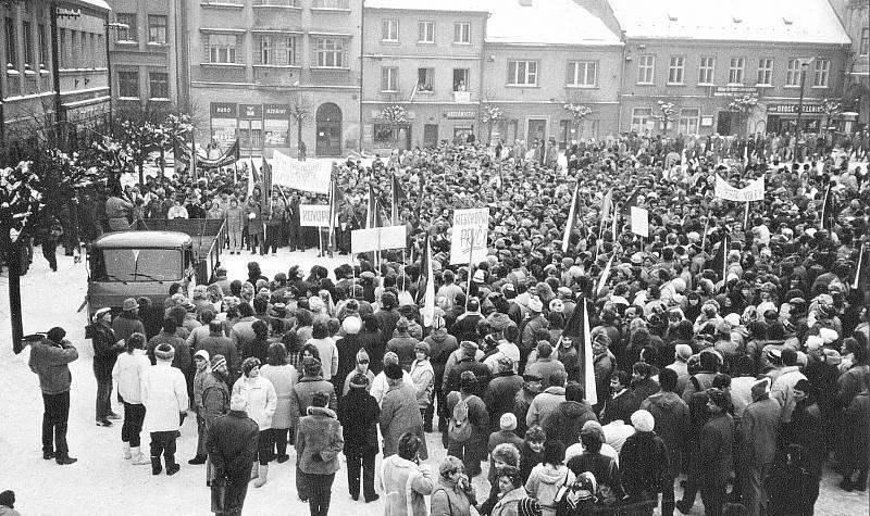 Generální stávka na polickém náměstí 27. listopadu 1989.
