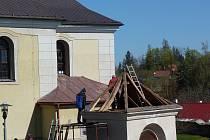 Kaplička sv. Jana Nepomuckého, která se nachází u kostela sv. Petra a Pavla, se dočkala opravy. Už zbývá jen nasadit pozlacenou kopuli, do které vedení městyse vloží schránku pro budoucí generace. V ní bude i vydání Náchodského deníku z 29. dubna 2020.
