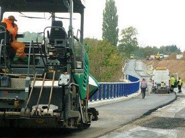 KONCEM minulého týdne se už na silnici finišovalo. Opravovaly se současně i výtluky na průjezdu obcí.