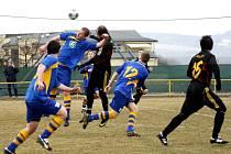 AŽ PŘÍLIŠ krutou porážku si v neděli připsali fotbalisté České Skalice (v modrém), kteří prohráli v Novém Bydžově 1:4.