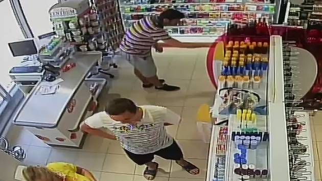 34747642f Muži sebrali dámské parfémy za 16 tisíc. Policie žádá o pomoc při ...