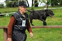 5. ročníku mezinárodního obranářského závodu O putovní pohár, který pořádali hronovští kynologové,  se ve třech kategoriích zúčastnilo 59 psů z Česka a Polska.