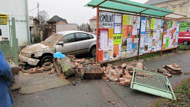 Těhotné ženě se udělalo nevolno a nabourala několik vozidel. Nehoda se stala v Jaroměři ve čtvrtek 18. listopadu.