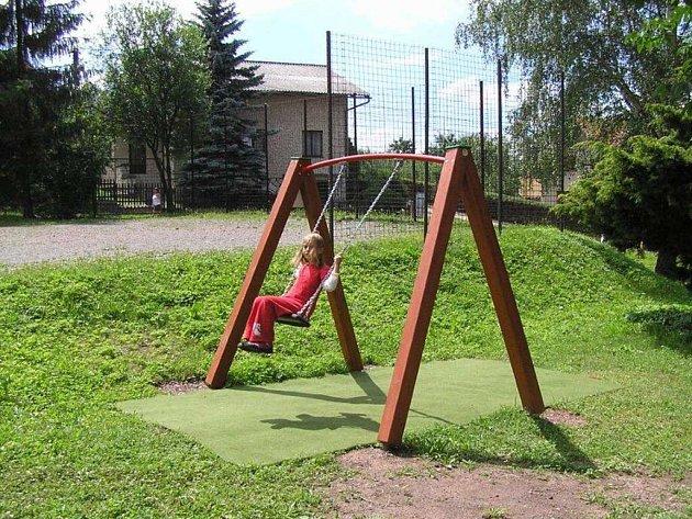 """V lokalitě zvané """"Třešinky"""" vzniklo nové dětské hřiště."""