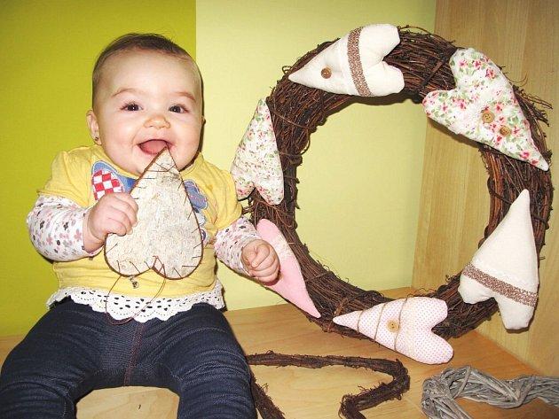 JULINKA ŽĎÁRSKÁ z Náchoda s maminčinou vlastnoručně vyrobenou valentýnskou dekorací na dveře.