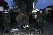 ČESTNÁ STRÁŽ spolu T-S 20 Pláň u pomníku padlým legionářům. Věnec přišel položit i starosta Tomáš Hubka.