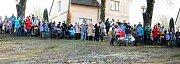 Na Silvestra odstartovala parta Čolek o desáté hodině ranní na kopci Čerťák už osmnáctý ročník recesistické akce nazvané Sjezd na čemkoli.
