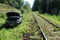 Auto vyjelo ze silnice, zastavilo kousek od kolejí.