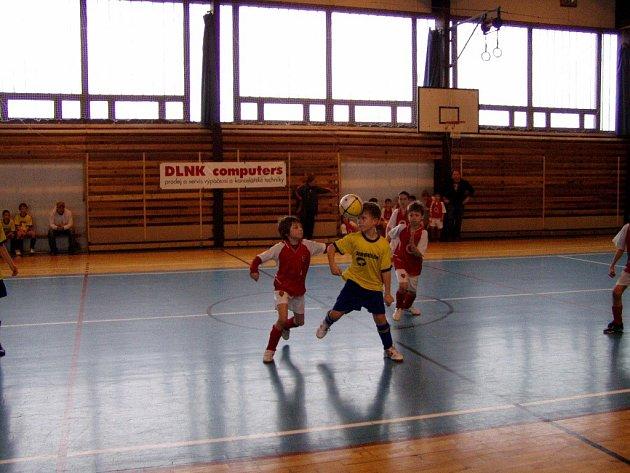 Zpracování míče hlavou v podání Tomáše Pácalta z domácího RSCM Rozkoš.