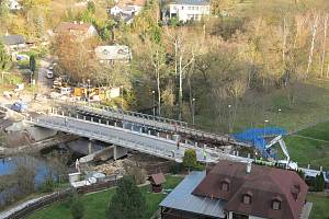 Rezecký most v Novém Městě nad Metují, na kterém stavbaři usilovně pracují v prodlouženém termínu, by se mohl začít používat přesně za týden, tedy v pátek 15. listopadu.