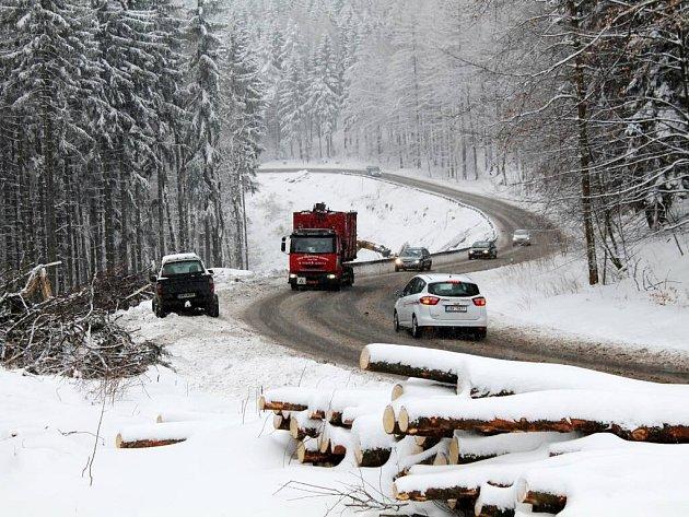 Cesta přes Pasa v minulém týdnu. Stromy podél stávající cesty už jsou vykáceny, na jejich místě bude nový stoupací pruh.