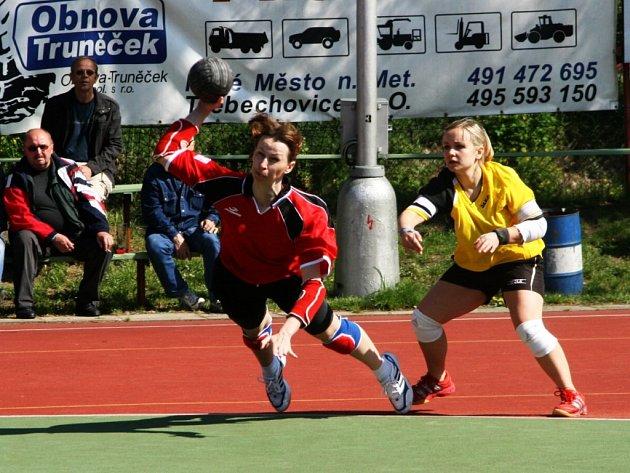 Jedním gólem se Ludmila Fišerová (při střelbě) podílela na vítězství Krčína v prestižním derby s Dobruškou.