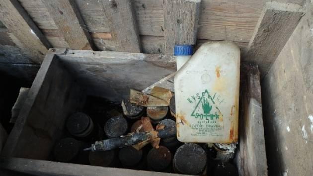 Vobci Říkov zabezpečovali hasiči chemické látky, které byly nalezeny při vyklízení chaty.