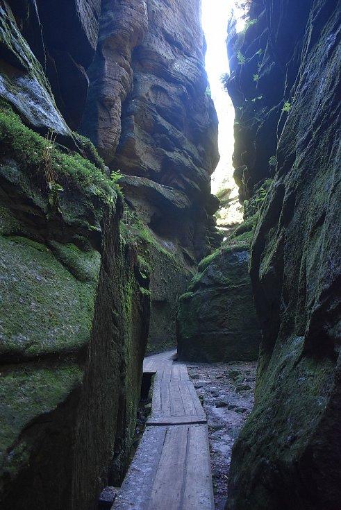 Skalní okruh Teplickými skalami nabízí v horkém dni i možnost ochlazení se v soutěsce Sibiř, kde se teplota pohybuje pod osmi stupni.