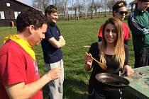 ZAHRANIČNÍ STUDENTI se o víkendu bavili u Rozkoše. Soutěžili tady v různých disciplínách na motivy seriálu Hra o trůny.