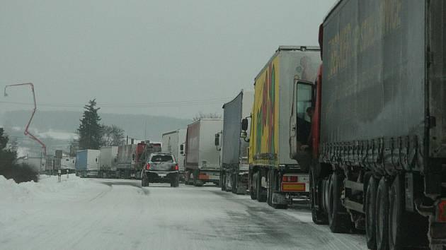 Sněhová kalamita postihla o víkendu i Náchodsko. Na Vysokově stála zhruba stovka kamionů přibližně 24 hodin, jelikož na polské straně hranice byla uzavřena silnice.