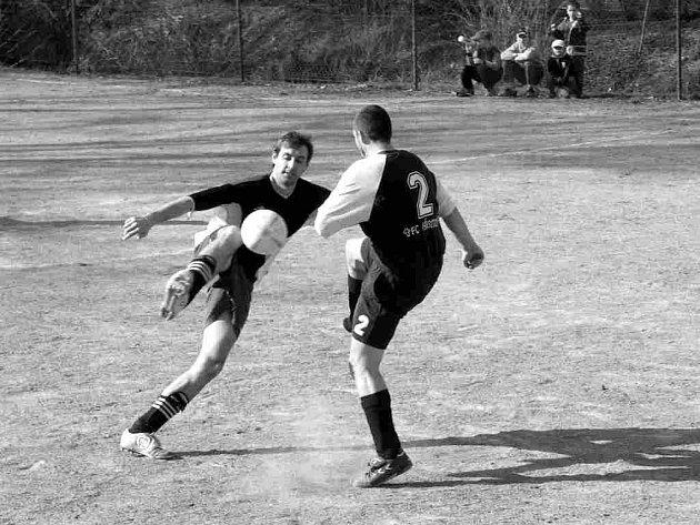 V zápase mezi Jasennou (čelem k objektivu) a Vamberkem  padl jedinný gól.